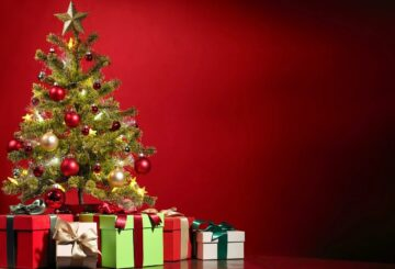 Opstillet juletræ med gaver