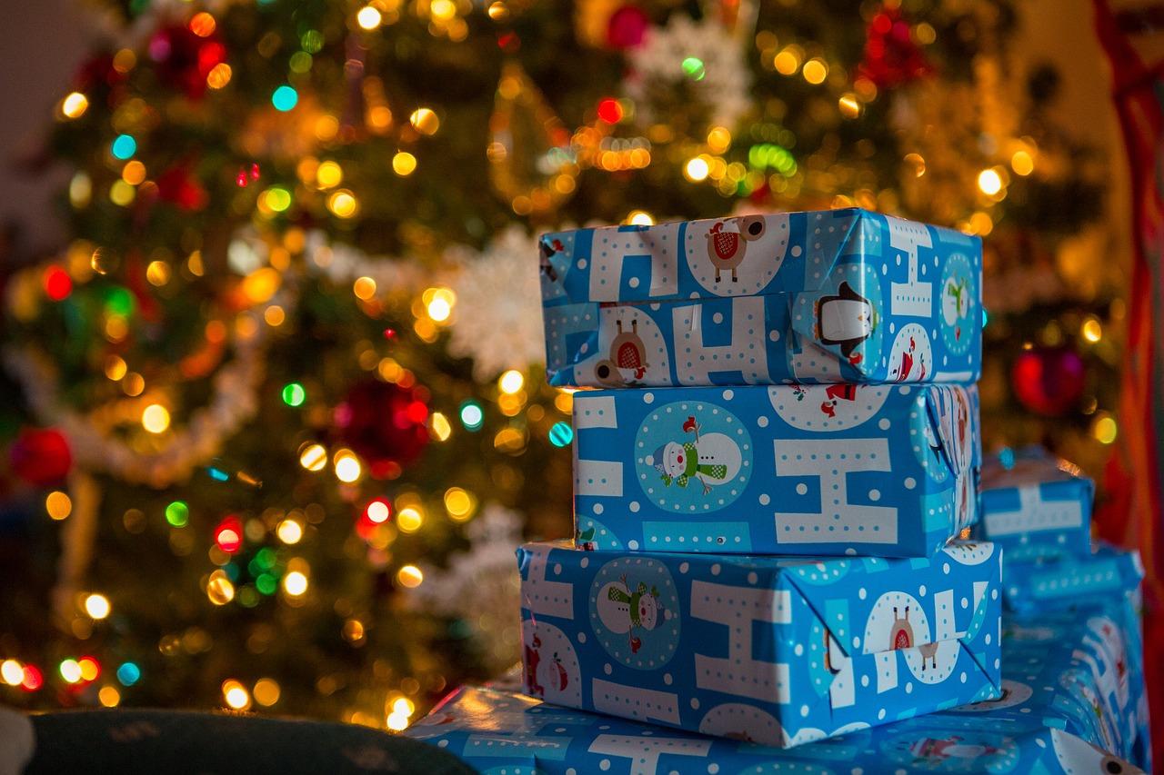 Blå pakker ved juletræ