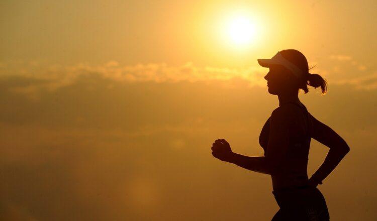 Løber i solnedgang